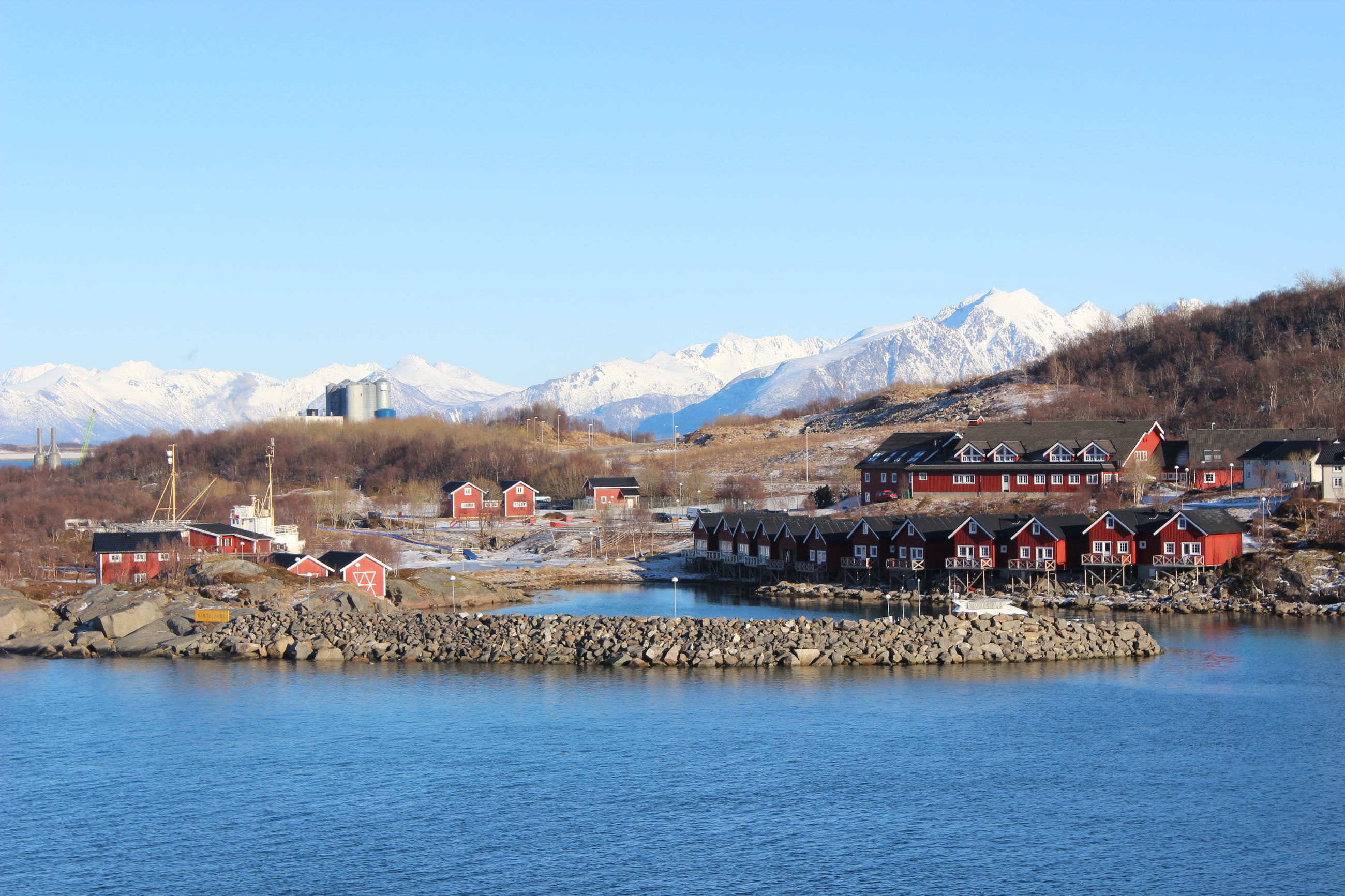 PANORAMIC SHOT OF TOWN BY SEA AGAINST CLEAR SKY