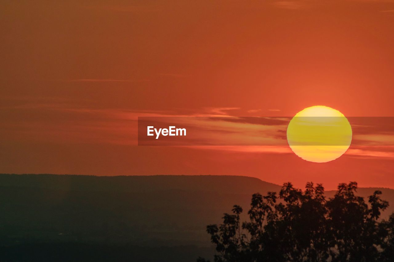beauty in nature, scenics - nature, sky, sunset, tranquil scene, orange color, tranquility, silhouette, sun, idyllic, plant, tree, nature, non-urban scene, environment, cloud - sky, no people, landscape, outdoors, circle