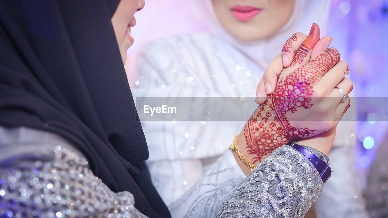 real people, two people, midsection, togetherness, love, leisure activity, celebration, lifestyles, holding, bonding, childhood, day, women, close-up, friendship, low section, outdoors, bride, human hand, people