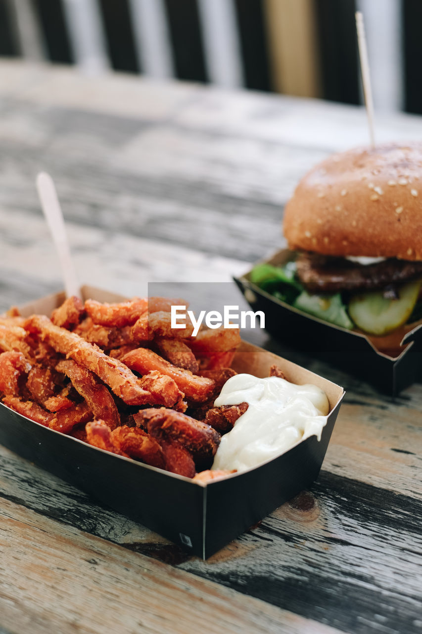 food and drink, ready-to-eat, fast food, food, table, unhealthy eating, freshness, burger, sandwich, still life, fried, french fries, prepared potato, meat, potato, serving size, hamburger, no people, close-up, plate, snack, bun, take out food, tray, temptation, onion ring, fast food french fries