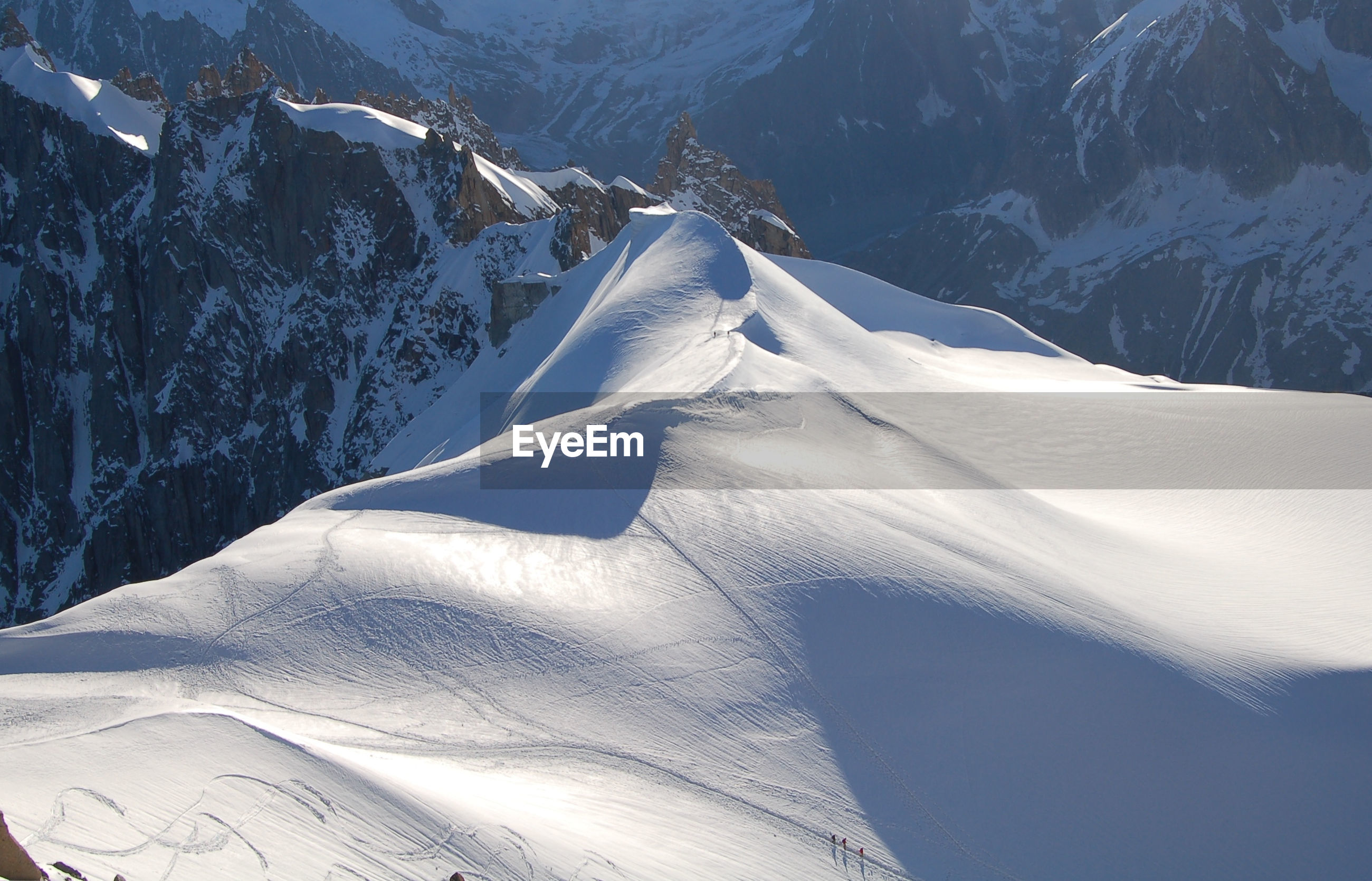CLOSE-UP OF SNOW ON MOUNTAINS