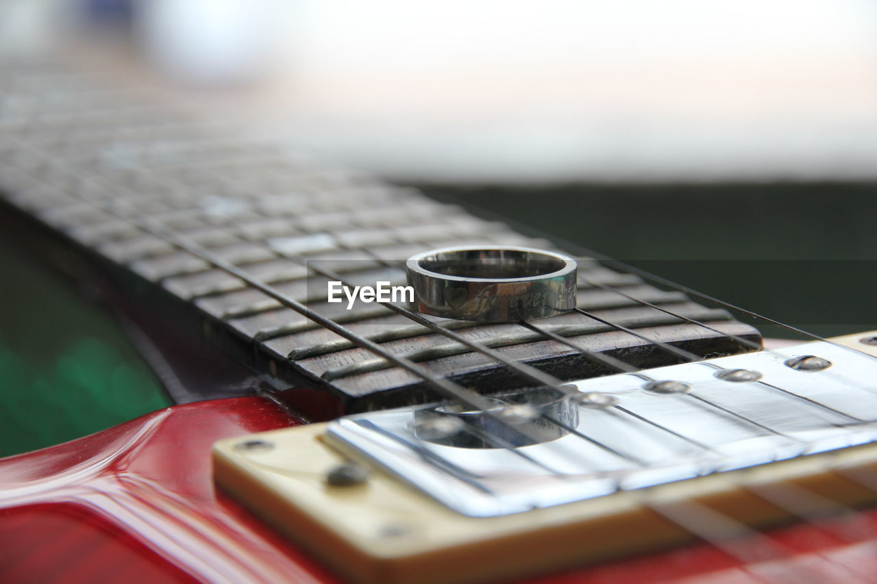 music, musical equipment, arts culture and entertainment, string instrument, musical instrument, string, guitar, selective focus, musical instrument string, close-up, fretboard, no people, still life, electric guitar, indoors, acoustic guitar, focus on foreground, day, detail, classical music