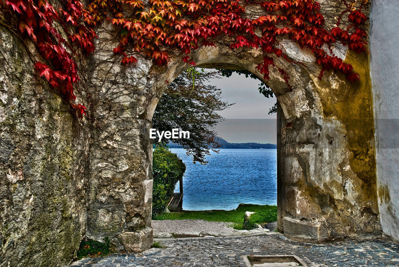 SCENIC VIEW OF SEA AGAINST SKY SEEN THROUGH WALL