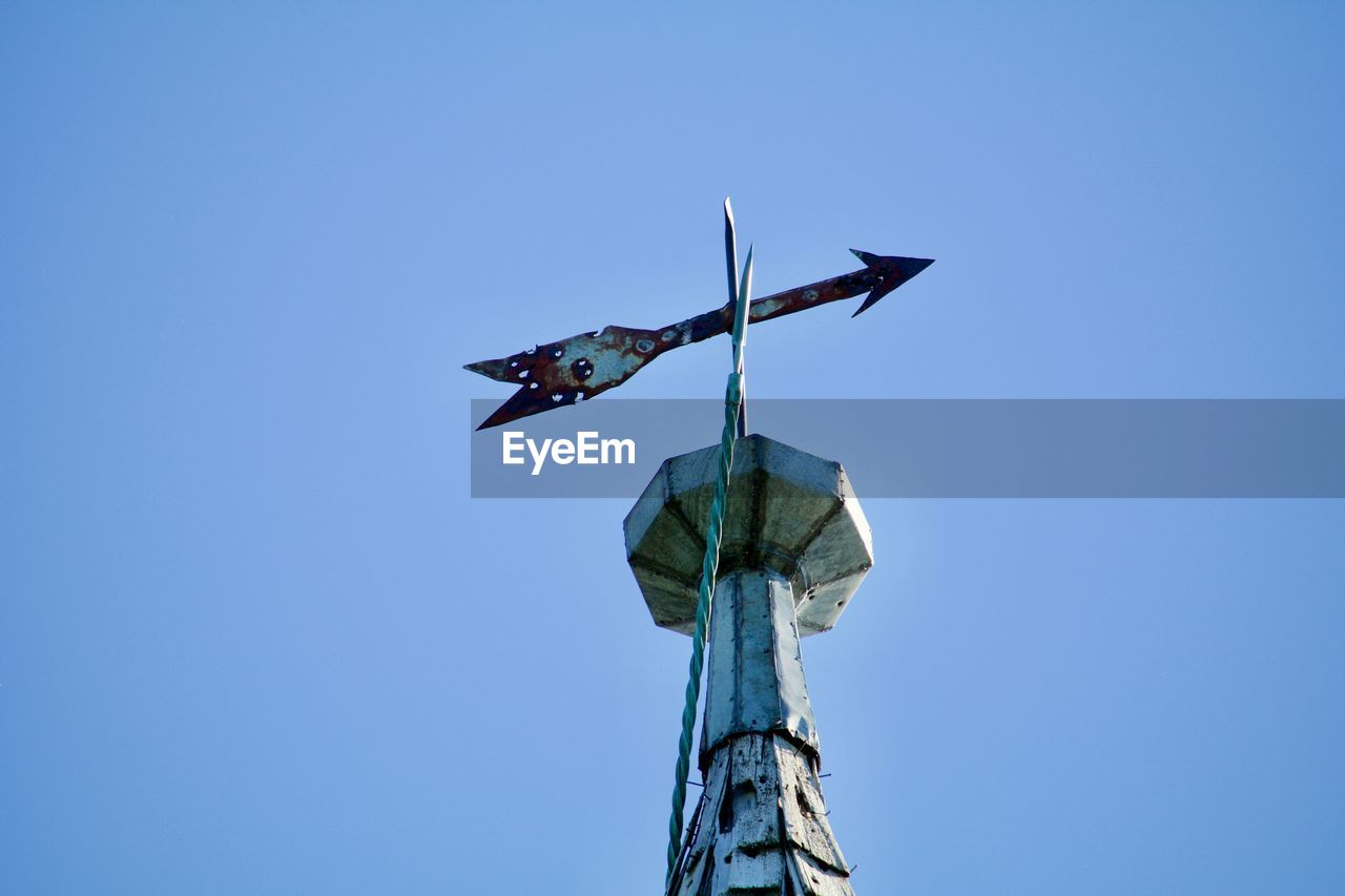 LOW ANGLE VIEW OF BIRD STATUE AGAINST CLEAR SKY