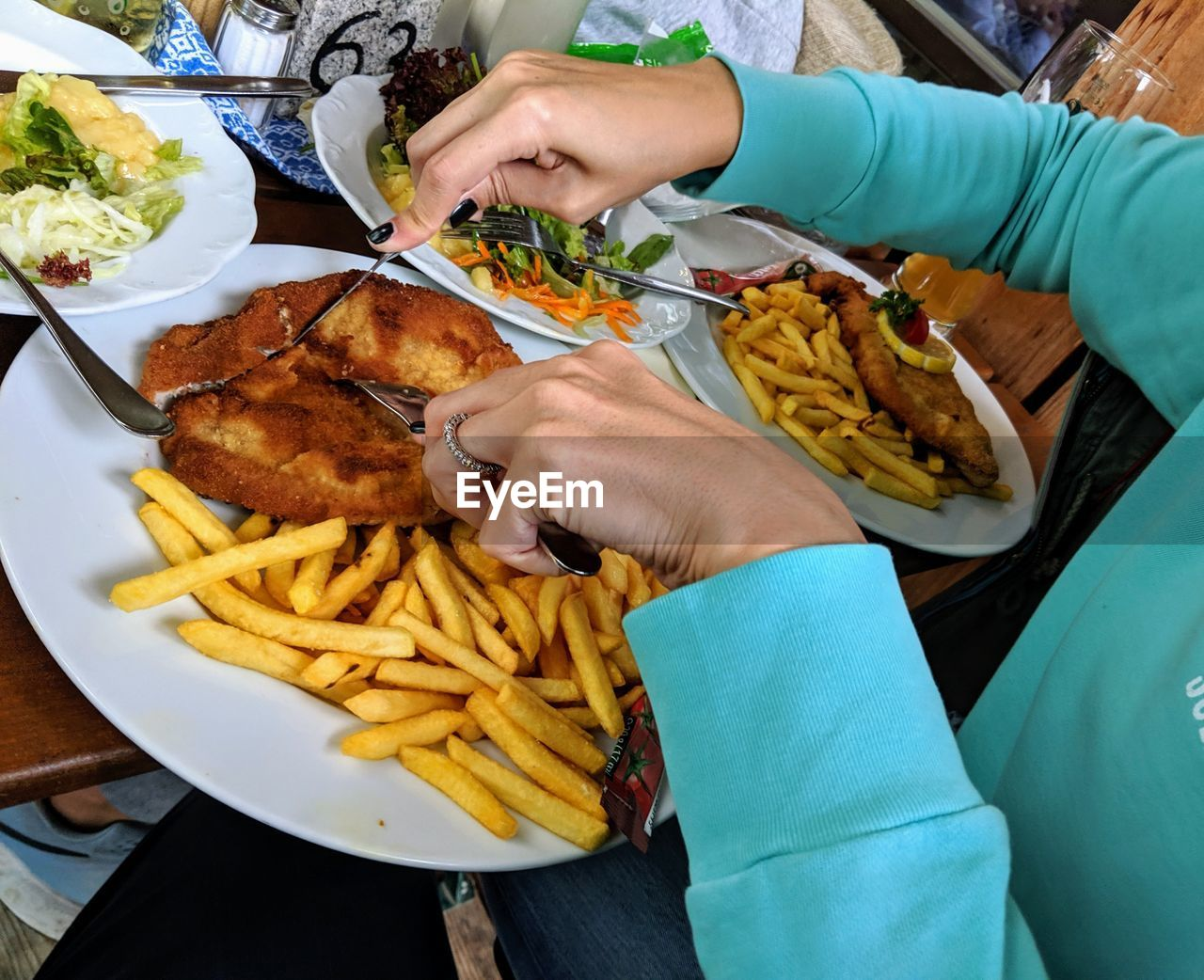 HIGH ANGLE VIEW OF MAN HOLDING FOOD