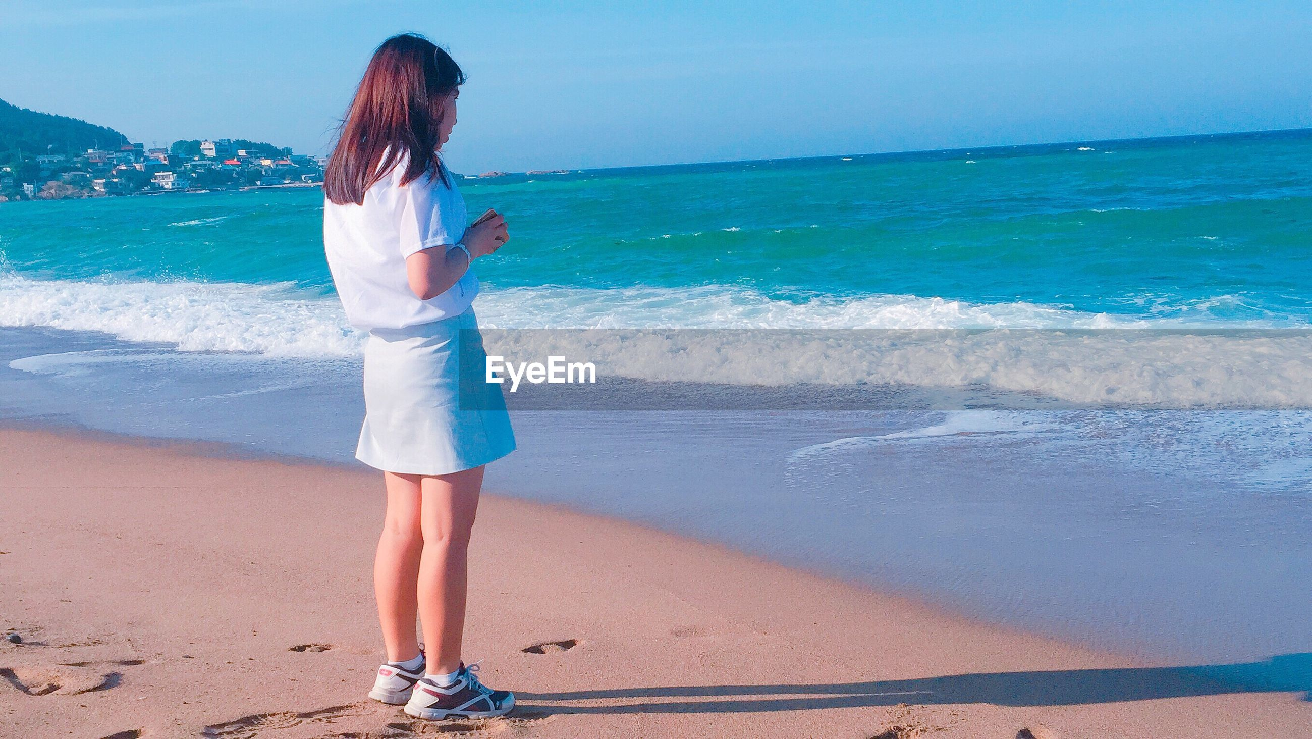 beach, sea, water, shore, sand, horizon over water, leisure activity, lifestyles, wave, vacations, full length, rear view, surf, standing, beauty in nature, casual clothing, person, nature