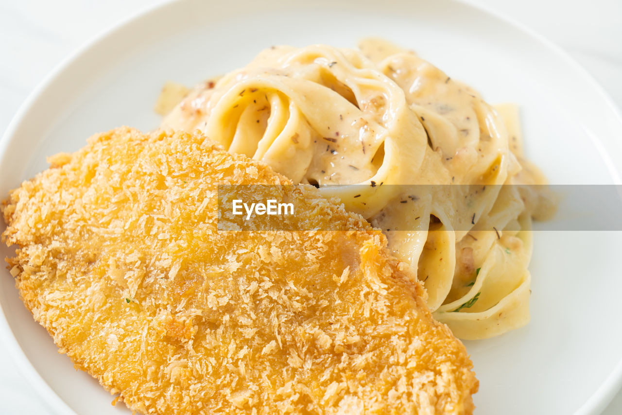 HIGH ANGLE VIEW OF NOODLES IN PLATE
