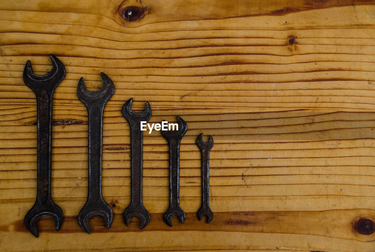 wood - material, work tool, hand tool, tool, indoors, no people, metal, side by side, directly above, still life, carpentry, close-up, in a row, brown, choice, variation, full frame, table, spanner, equipment, wood grain