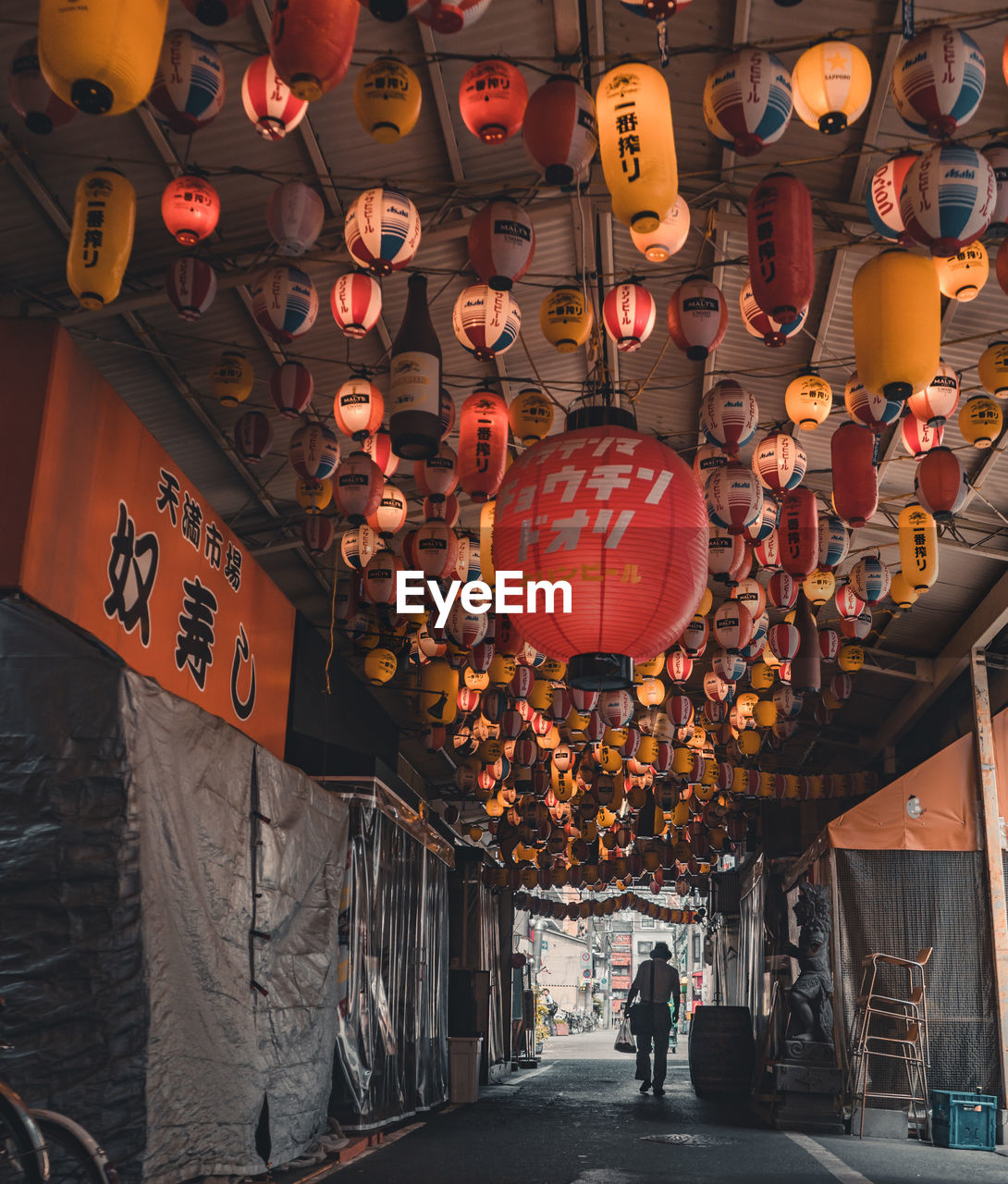 lantern, chinese lantern, lighting equipment, hanging, large group of objects, orange color, illuminated, communication, decoration, text, script, incidental people, real people, non-western script, architecture, group of people, in a row, paper lantern