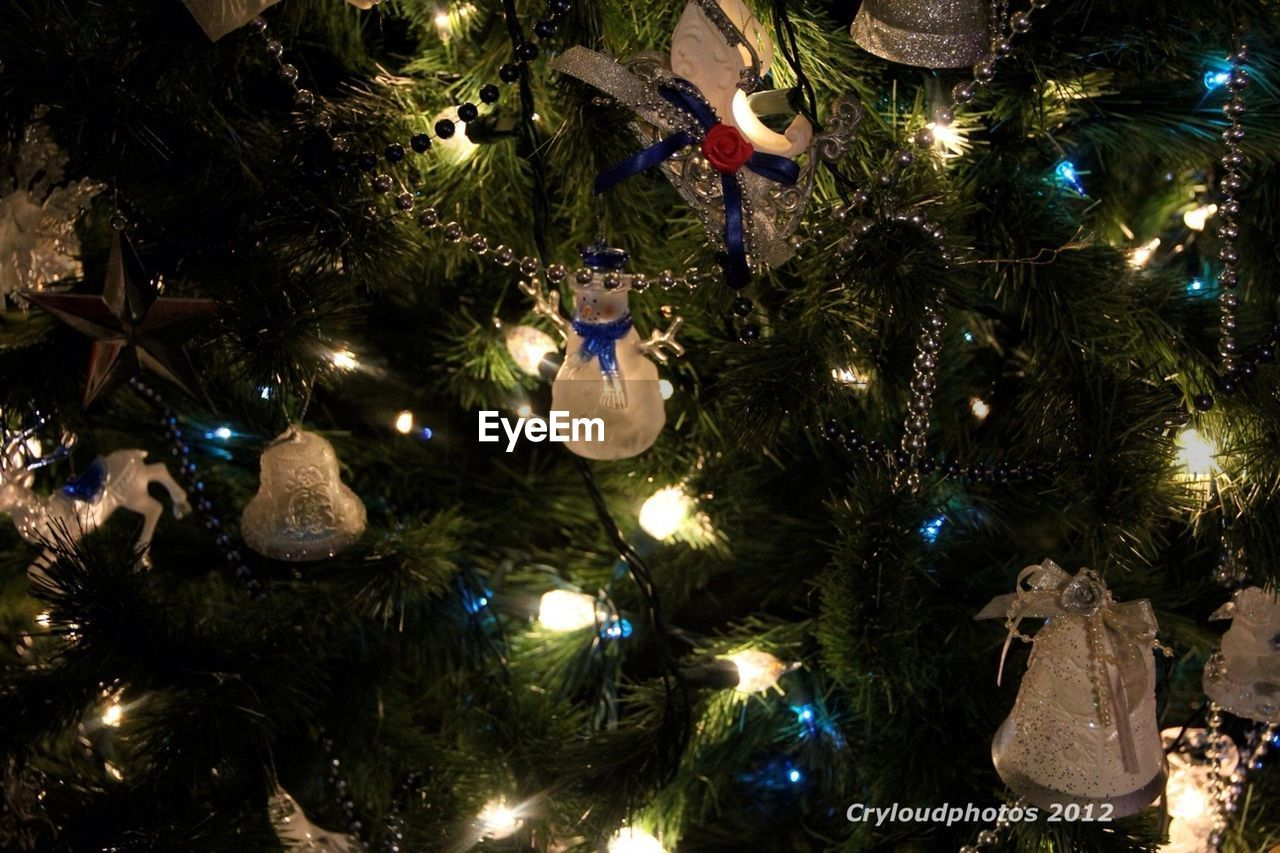 christmas, christmas tree, christmas decoration, celebration, decoration, tree, illuminated, tradition, christmas ornament, hanging, christmas lights, night, christmas bauble, cultures, bauble, no people, vacations, indoors, holiday - event, close-up