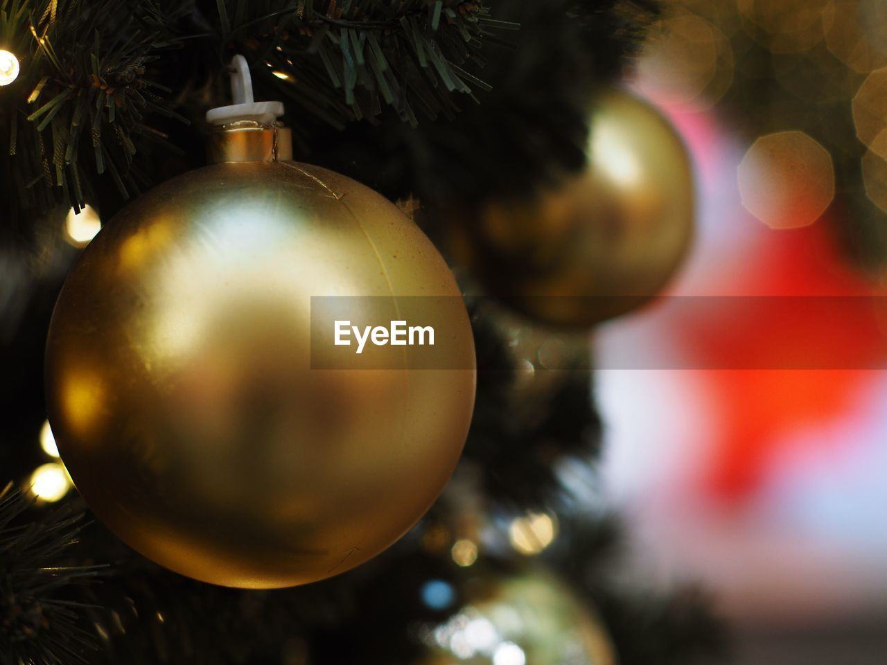 christmas, christmas decoration, christmas ornament, christmas tree, holiday, celebration, decoration, hanging, tree, holiday - event, close-up, indoors, celebration event, event, no people, sphere, focus on foreground, selective focus, silver colored, ornate