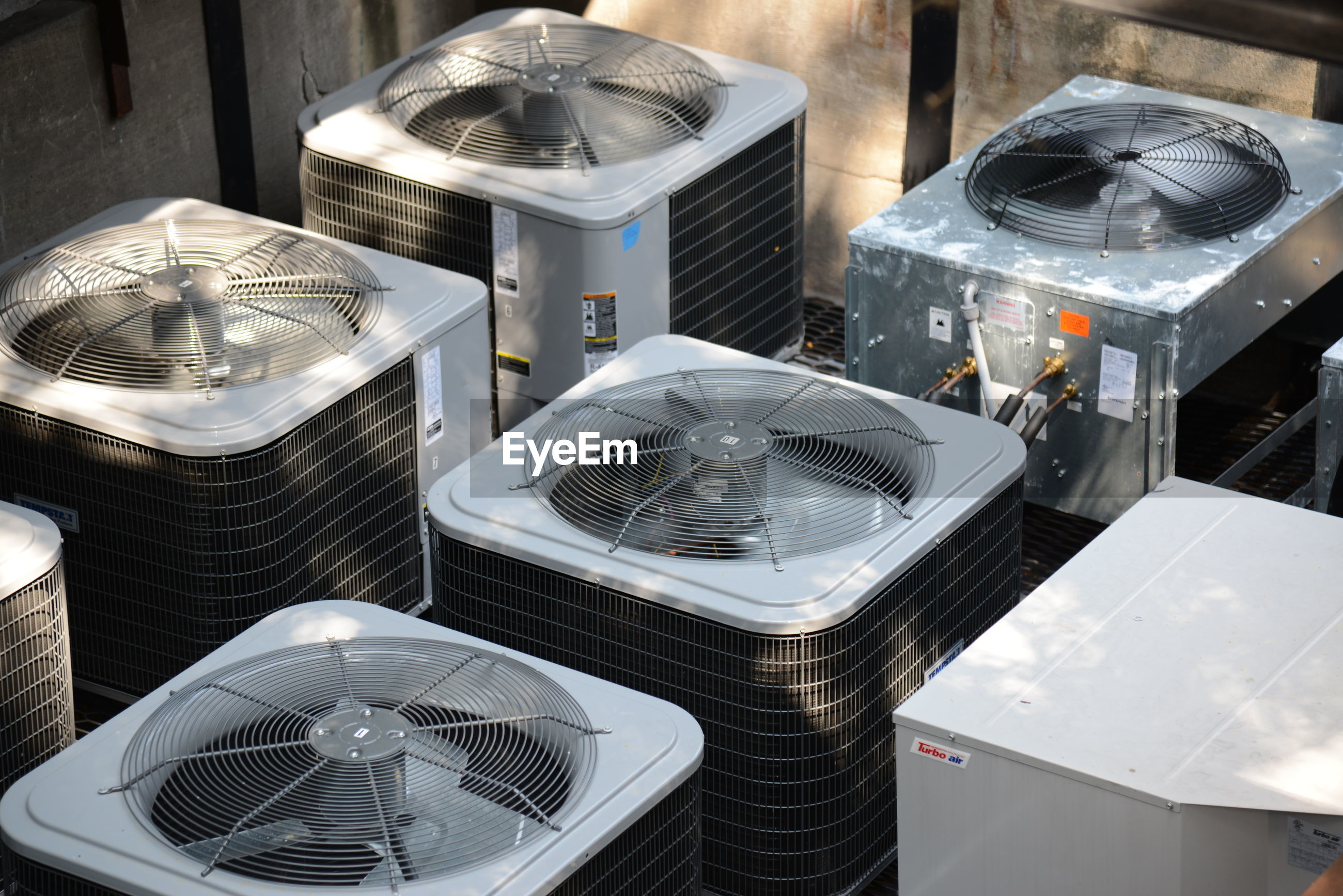 HIGH ANGLE VIEW OF ELECTRIC FAN ON TABLE