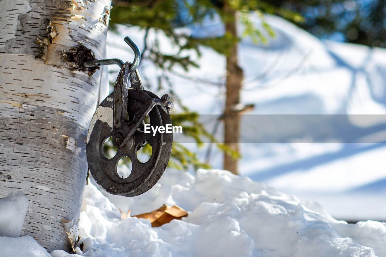 CLOSE-UP OF CHAIN HANGING ON SNOW