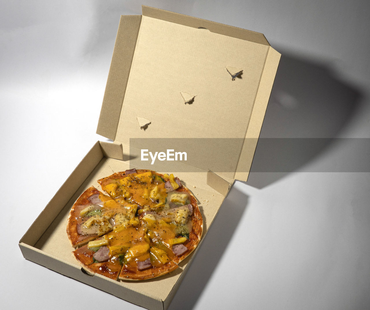 HIGH ANGLE VIEW OF PIZZA IN BOX ON WHITE BACKGROUND
