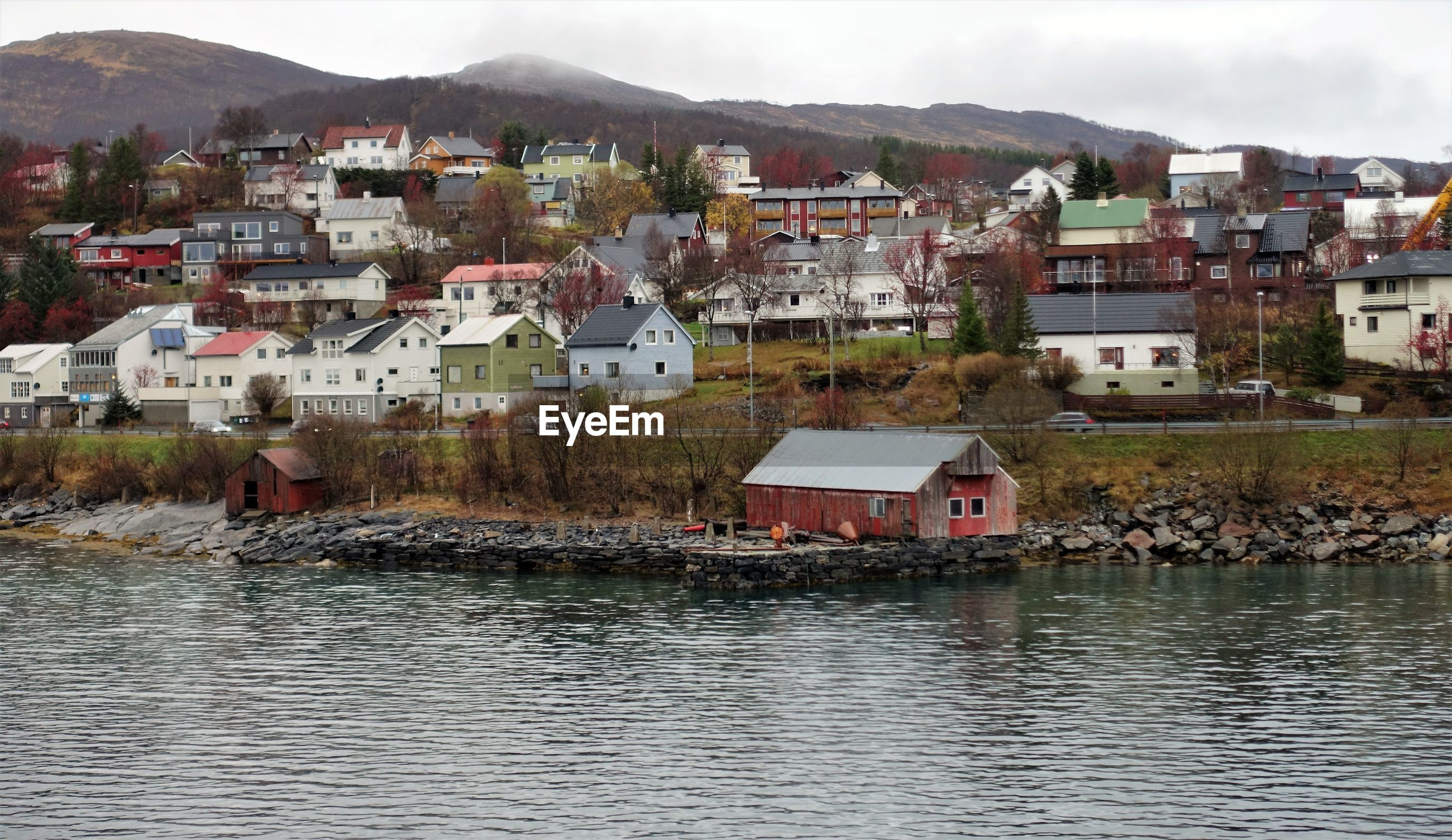TOWN BY LAKE AND BUILDINGS IN CITY