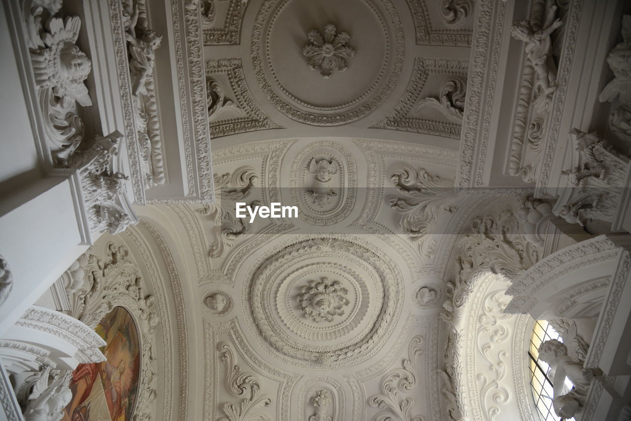 LOW ANGLE VIEW OF CARVING ON CEILING IN BUILDING