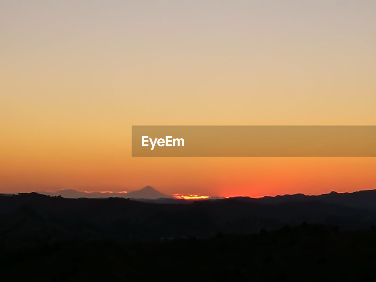 sunset, sky, beauty in nature, orange color, scenics - nature, silhouette, mountain, tranquil scene, tranquility, idyllic, copy space, non-urban scene, environment, no people, nature, landscape, sun, mountain range, clear sky, remote, outdoors, romantic sky, mountain peak