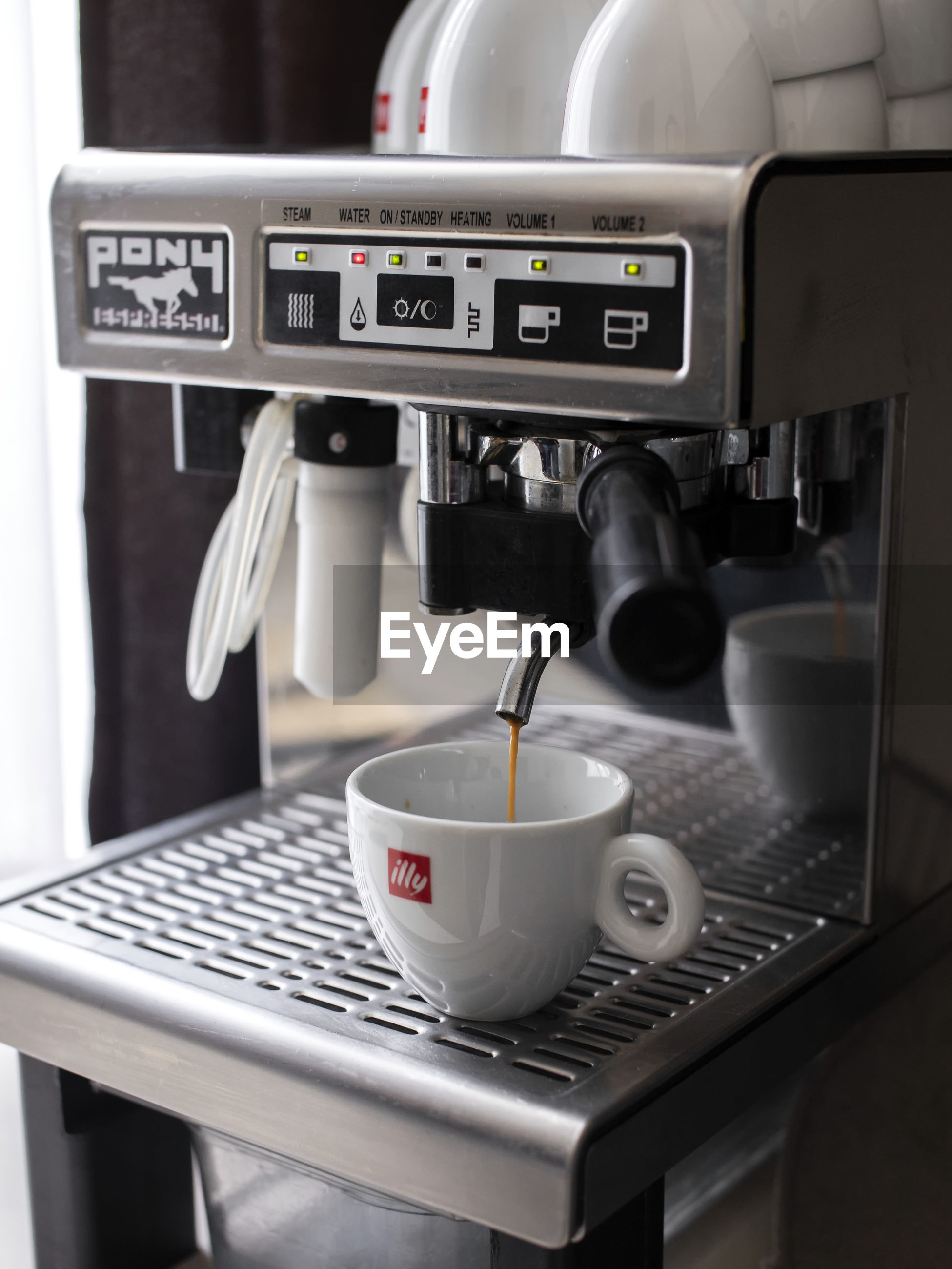 CLOSE-UP OF COFFEE CUP IN KITCHEN
