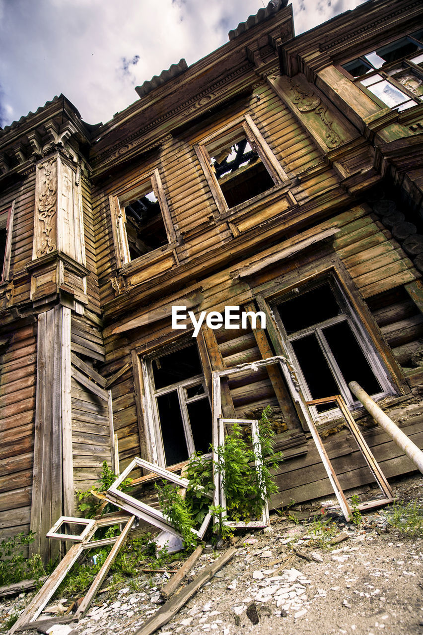 building exterior, architecture, house, built structure, window, sky, outdoors, no people, abandoned, day, low angle view, tree