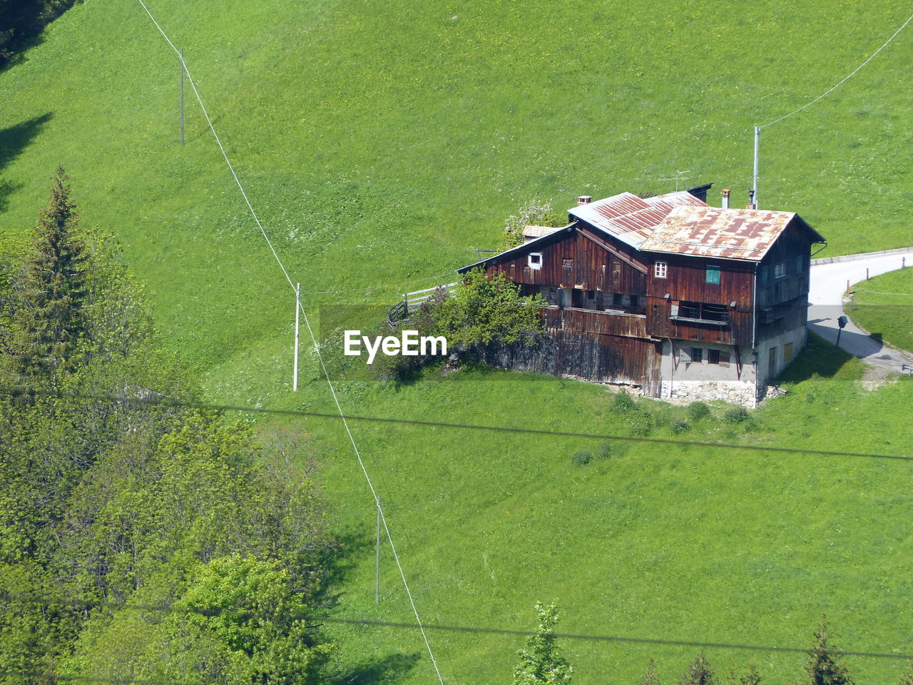 HIGH ANGLE VIEW OF HOUSE ON FIELD