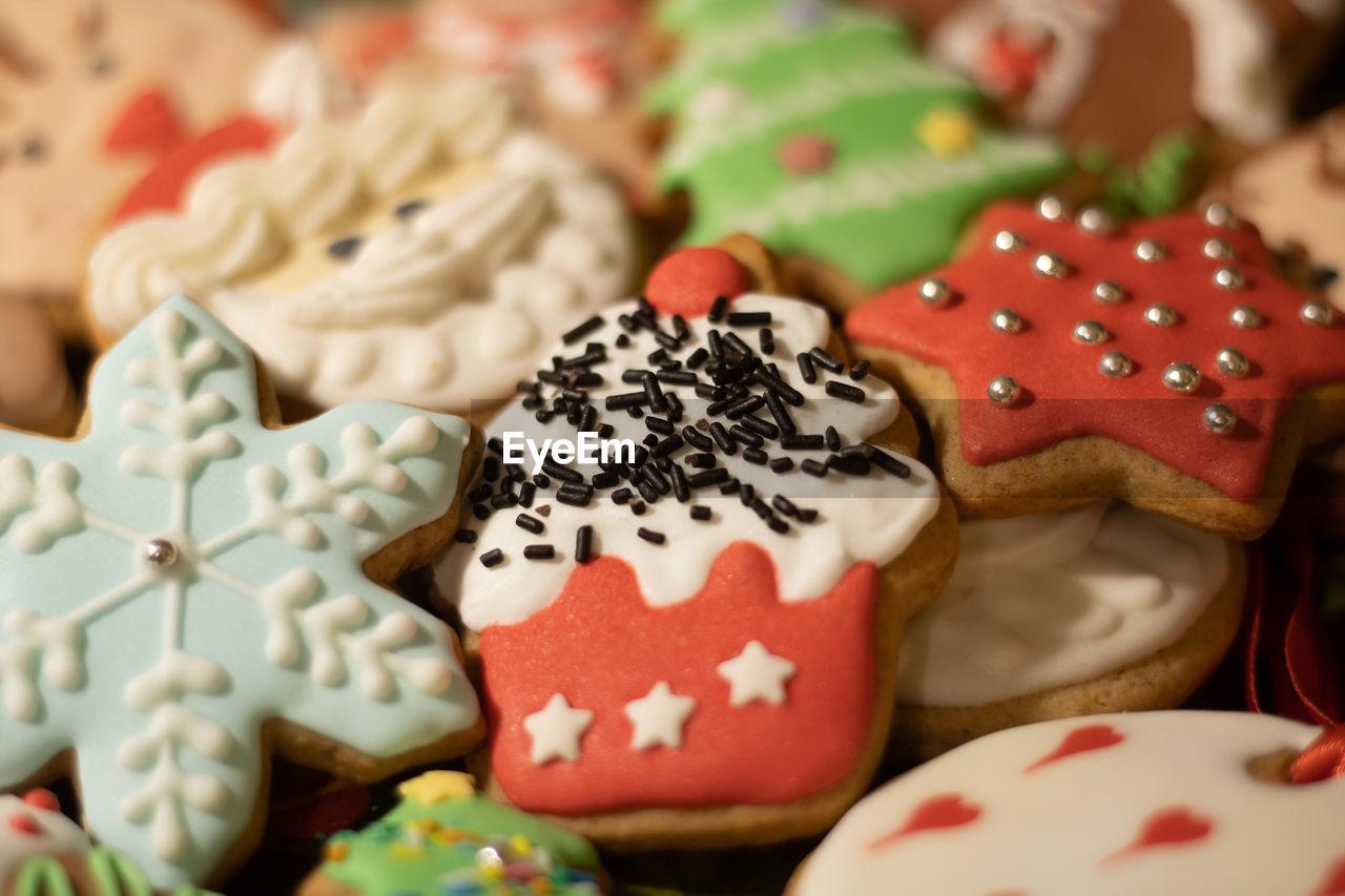 CLOSE-UP OF CAKE ON CHRISTMAS