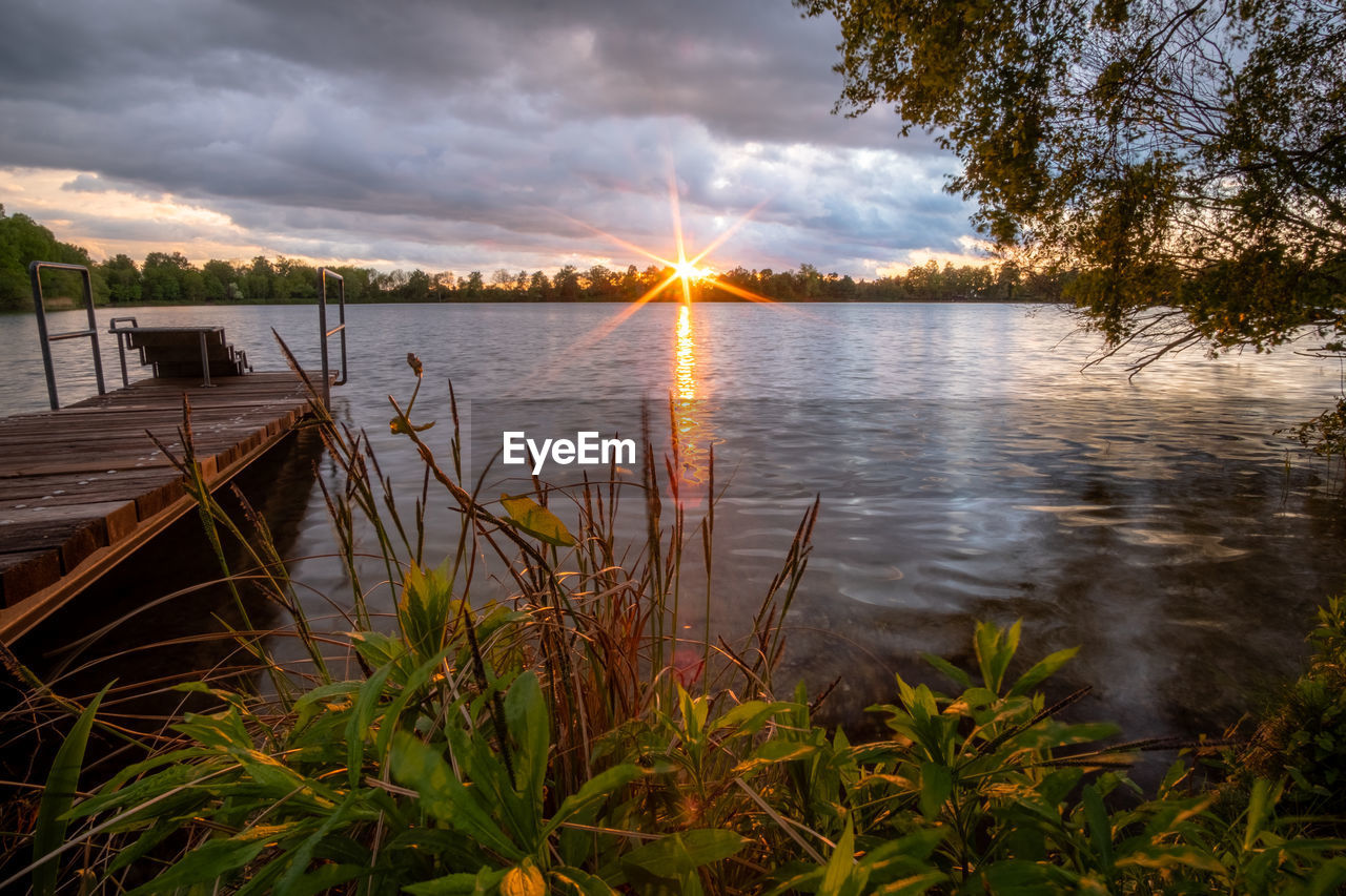 SCENIC VIEW OF LAKE AGAINST SUNSET SKY
