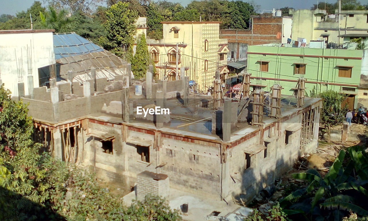 architecture, building exterior, built structure, day, outdoors, house, tree, high angle view, residential building, town, roof, no people, city