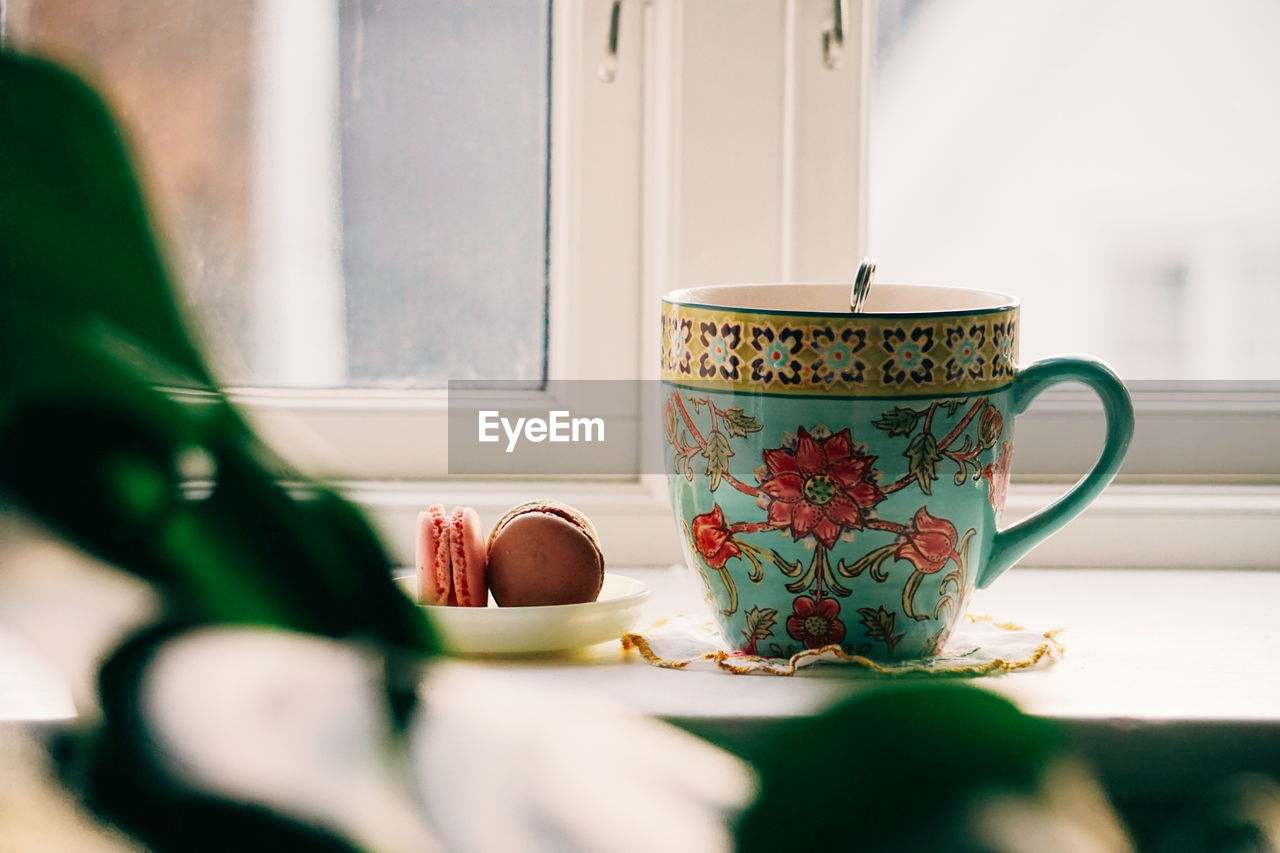 mug, cup, table, drink, food and drink, refreshment, indoors, tea, hot drink, selective focus, tea cup, close-up, tea - hot drink, floral pattern, crockery, still life, saucer, freshness, coffee cup, pattern, no people, teapot