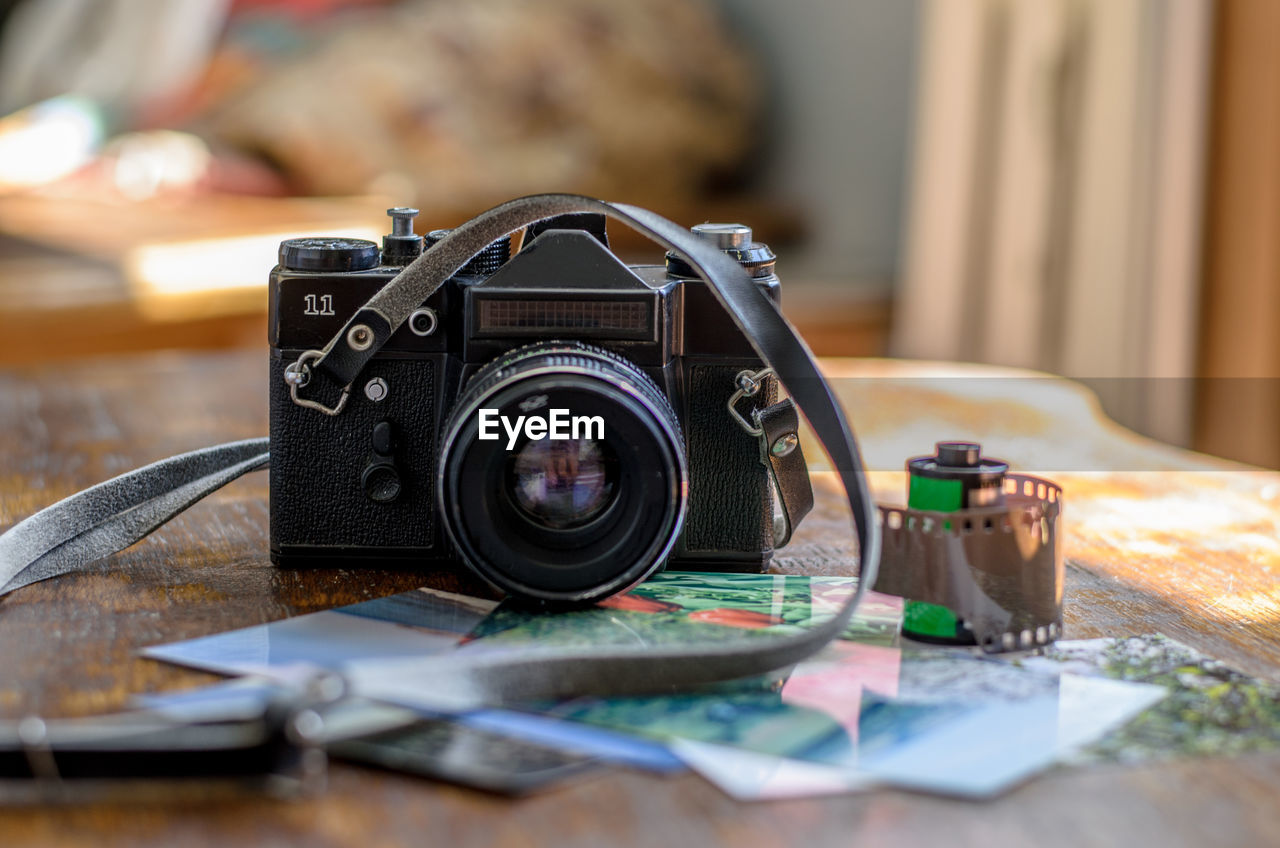 photography themes, camera - photographic equipment, technology, photographic equipment, table, close-up, indoors, selective focus, lens - optical instrument, retro styled, still life, focus on foreground, camera, digital camera, no people, antique, old, activity, photographing, slr camera, personal accessory