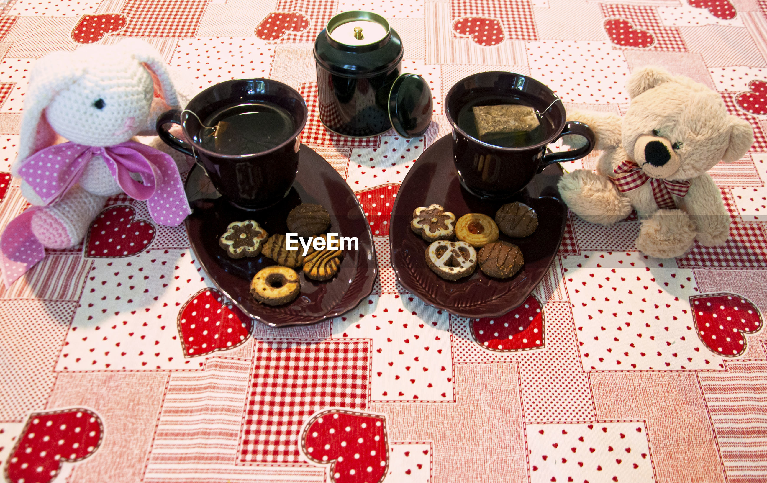 HIGH ANGLE VIEW OF COFFEE CUPS