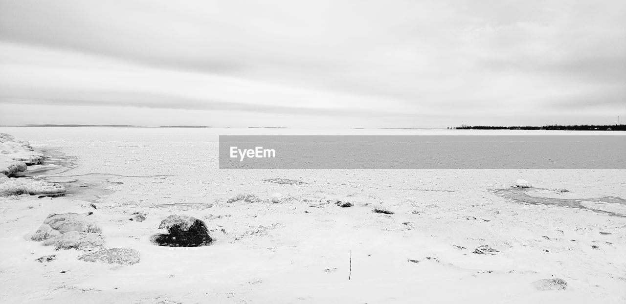 sky, water, sea, scenics - nature, tranquility, beauty in nature, tranquil scene, land, cloud - sky, nature, beach, cold temperature, horizon over water, horizon, no people, day, winter, snow, salt flat
