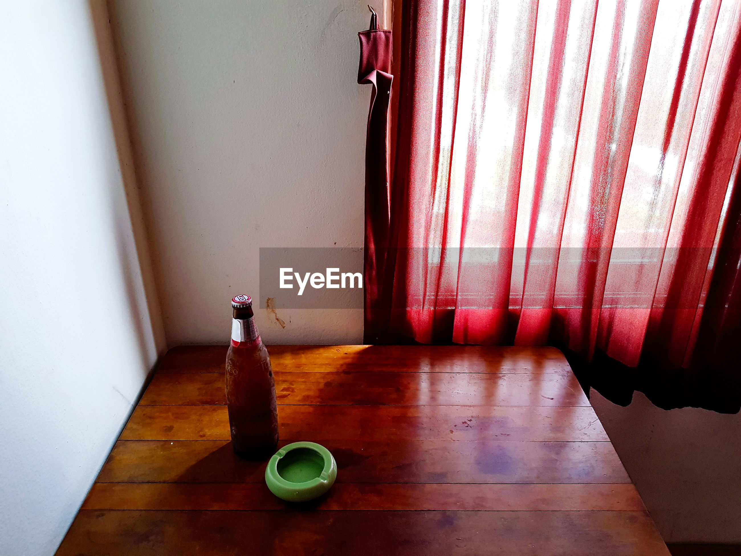 HIGH ANGLE VIEW OF EMPTY WOODEN TABLE BY WINDOW AT HOME