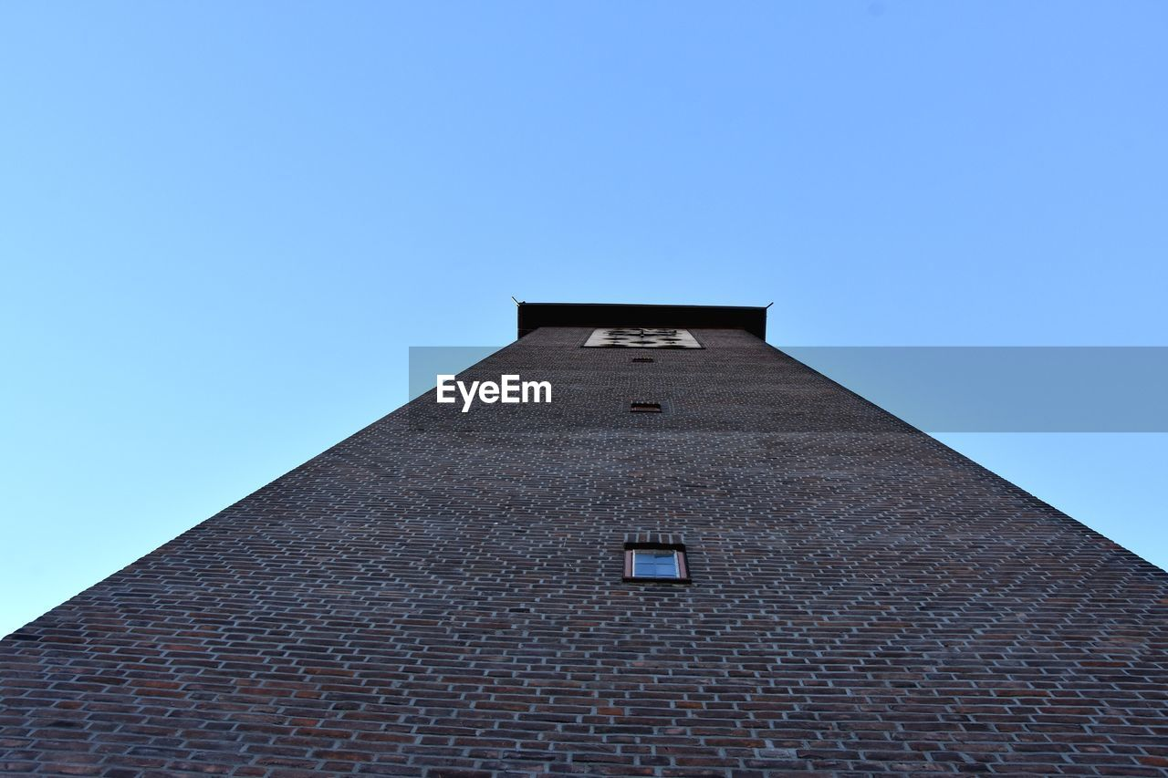 architecture, built structure, sky, building exterior, low angle view, clear sky, building, blue, copy space, no people, nature, day, sunlight, outdoors, tall - high, window, wall, roof, city, the past, roof tile