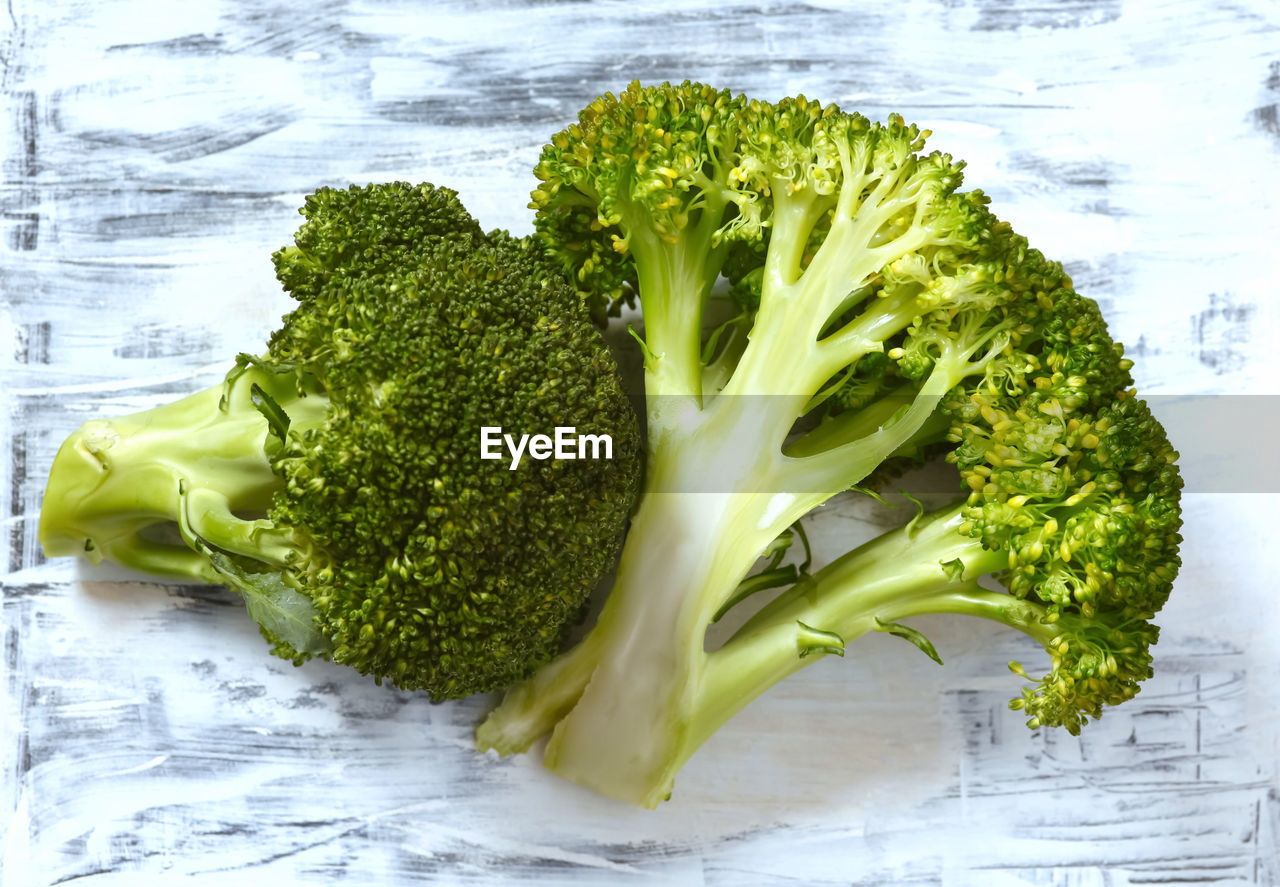 vegetable, healthy eating, food and drink, freshness, green color, wellbeing, still life, food, broccoli, green, indoors, close-up, no people, table, raw food, ready-to-eat, high angle view, pepper, spice, day, vegetarian food, dieting