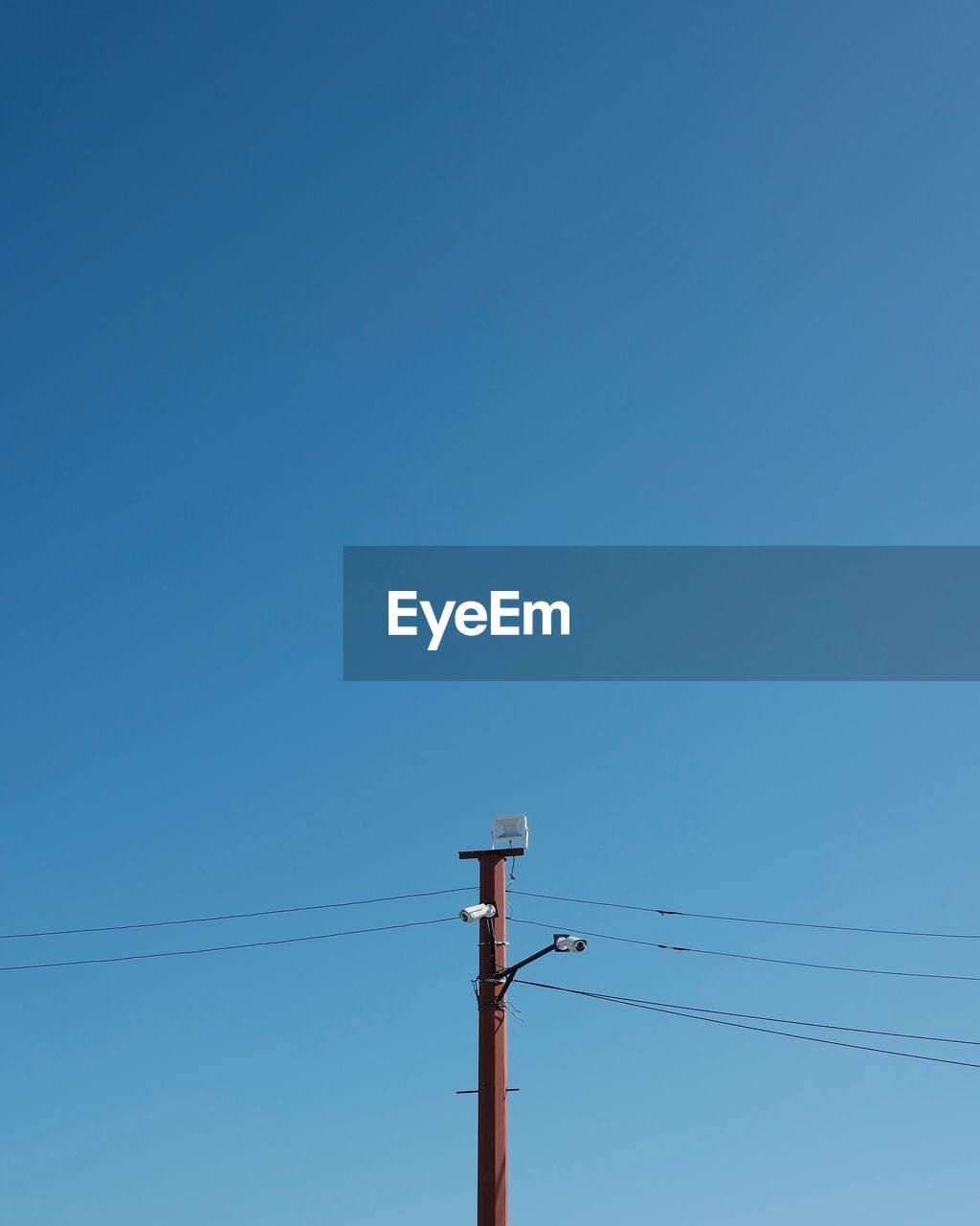 electricity, cable, technology, sky, low angle view, blue, power line, connection, power supply, copy space, clear sky, electricity pylon, no people, fuel and power generation, telephone line, nature, day, lighting equipment, outdoors, pole, electrical equipment