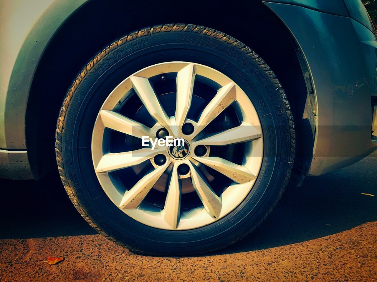 wheel, tire, transportation, circle, land vehicle, mode of transport, car, day, no people, spoke, stationary, outdoors, vehicle part, low section, close-up