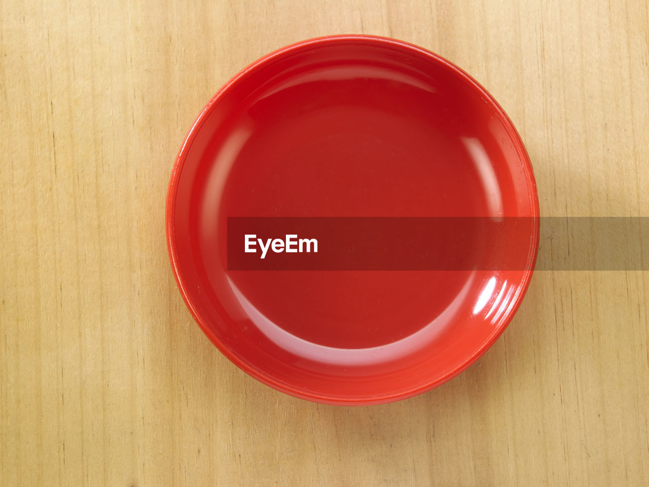 red, table, directly above, indoors, still life, circle, geometric shape, wood - material, no people, shape, food and drink, close-up, high angle view, bowl, empty, crockery, container, cup, design, white color, setting, clean
