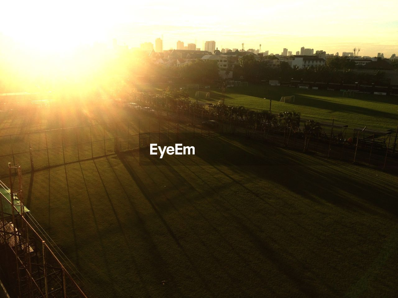 SCENIC VIEW OF FIELD AGAINST SUNSET SKY