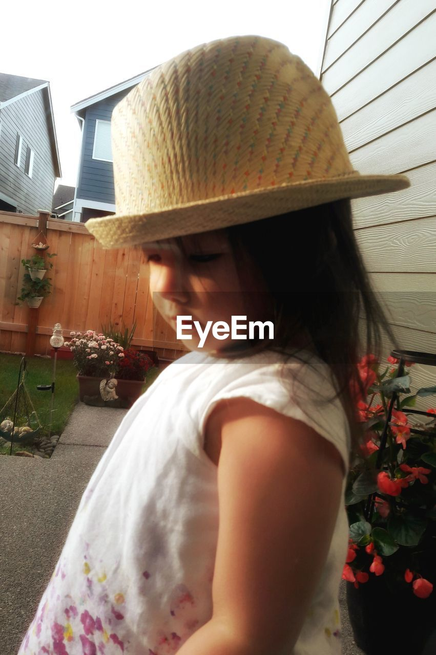 hat, real people, one person, lifestyles, sun hat, day, leisure activity, building exterior, women, architecture, childhood, outdoors