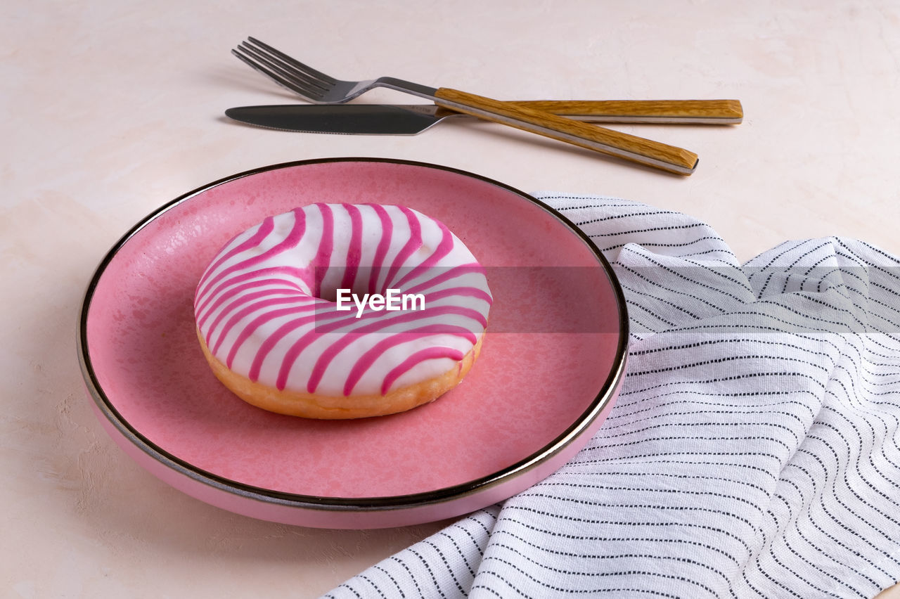 HIGH ANGLE VIEW OF CAKE IN PLATE
