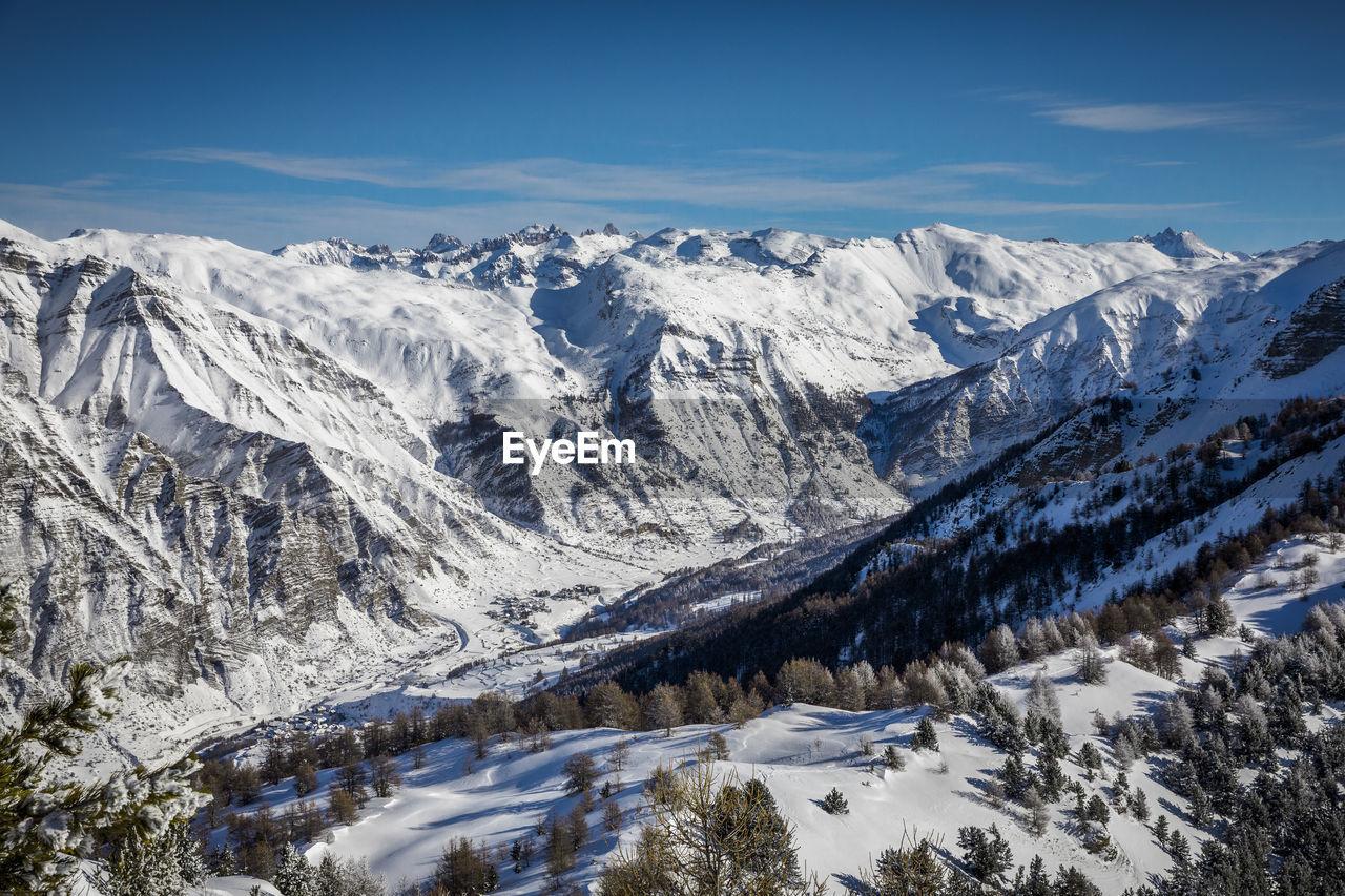 Vue aerienne sur le queyras et le village de crevoux, hautes alpes, france