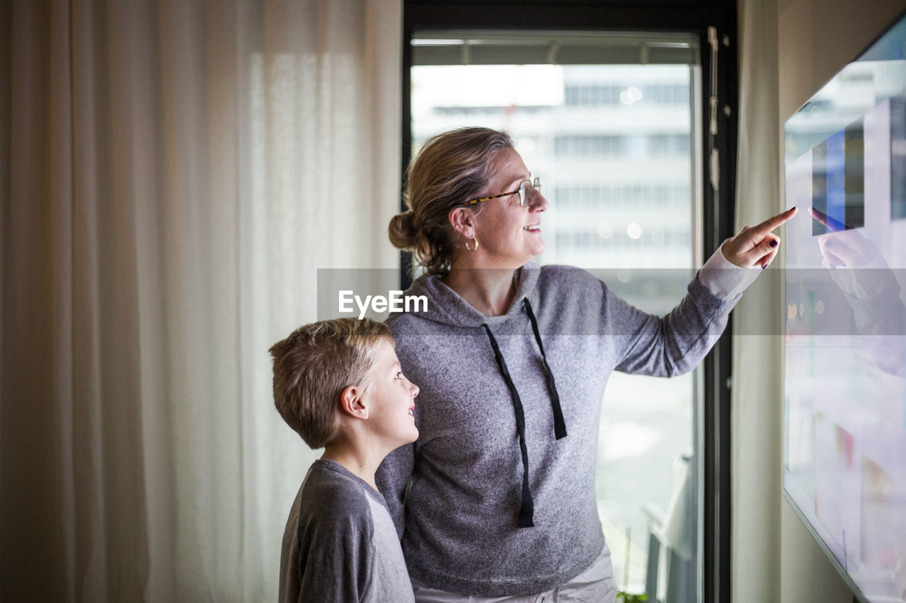 FRIENDS LOOKING AT WINDOW