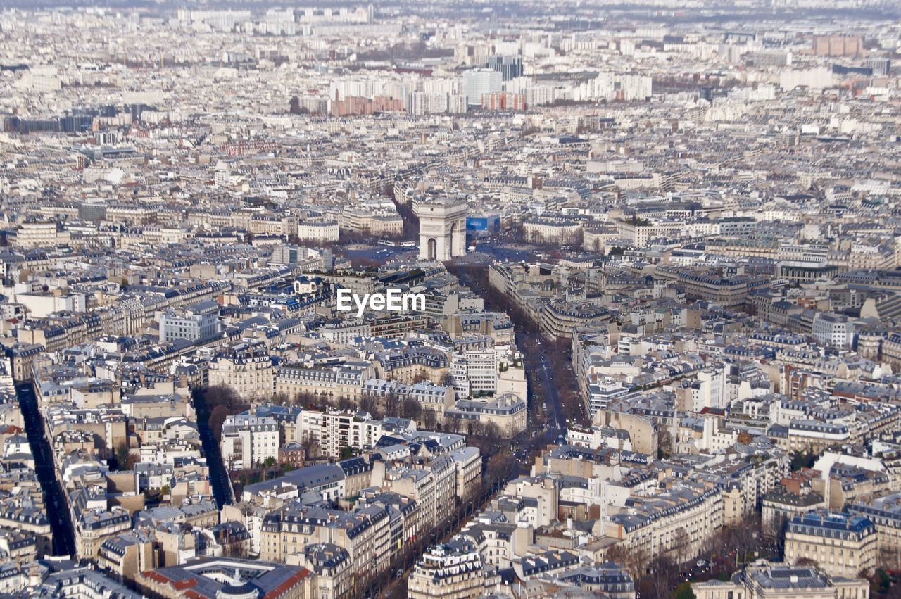 Expansive view of paris, with the arc de triomphe in the center.