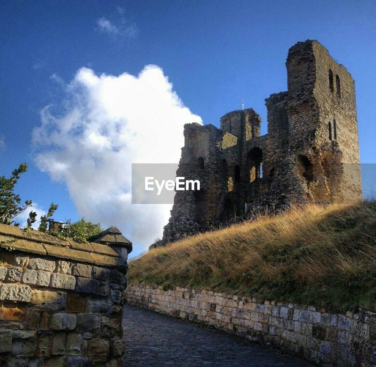 architecture, history, built structure, castle, old ruin, the past, building exterior, ancient, day, fort, outdoors, sky, ancient civilization, travel destinations, no people, water, nature