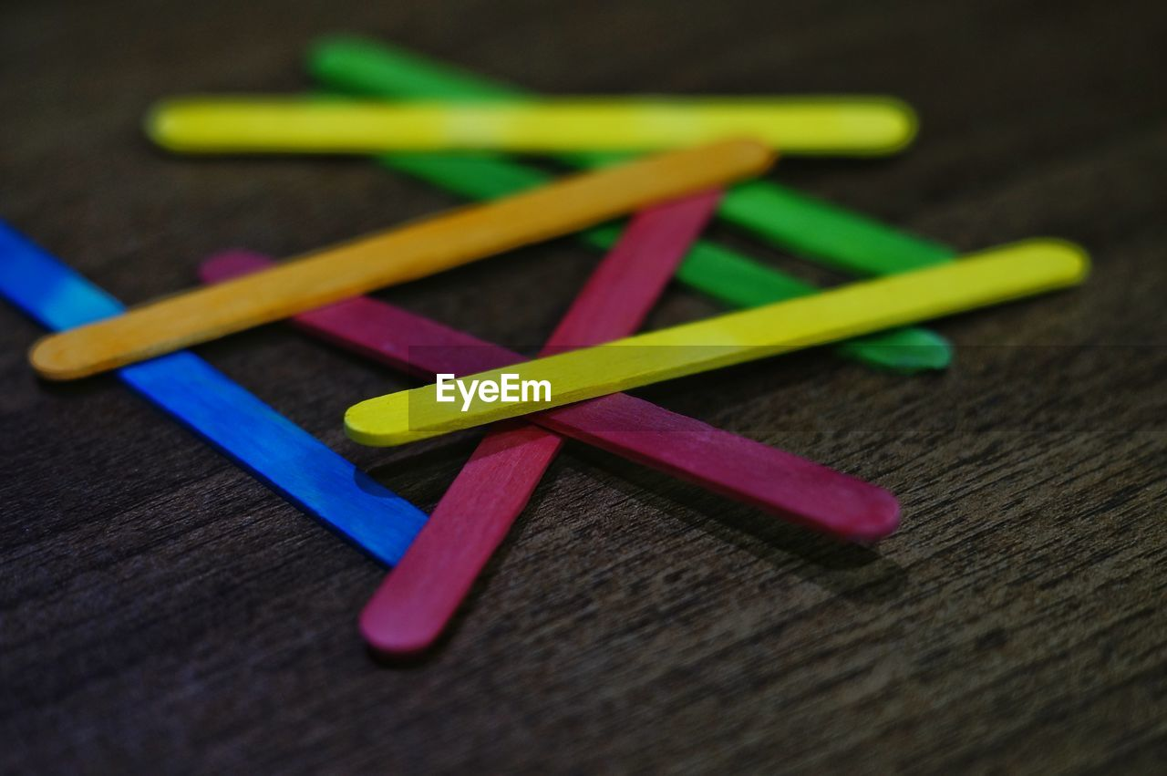 CLOSE-UP OF COLORED PENCILS ON TABLE