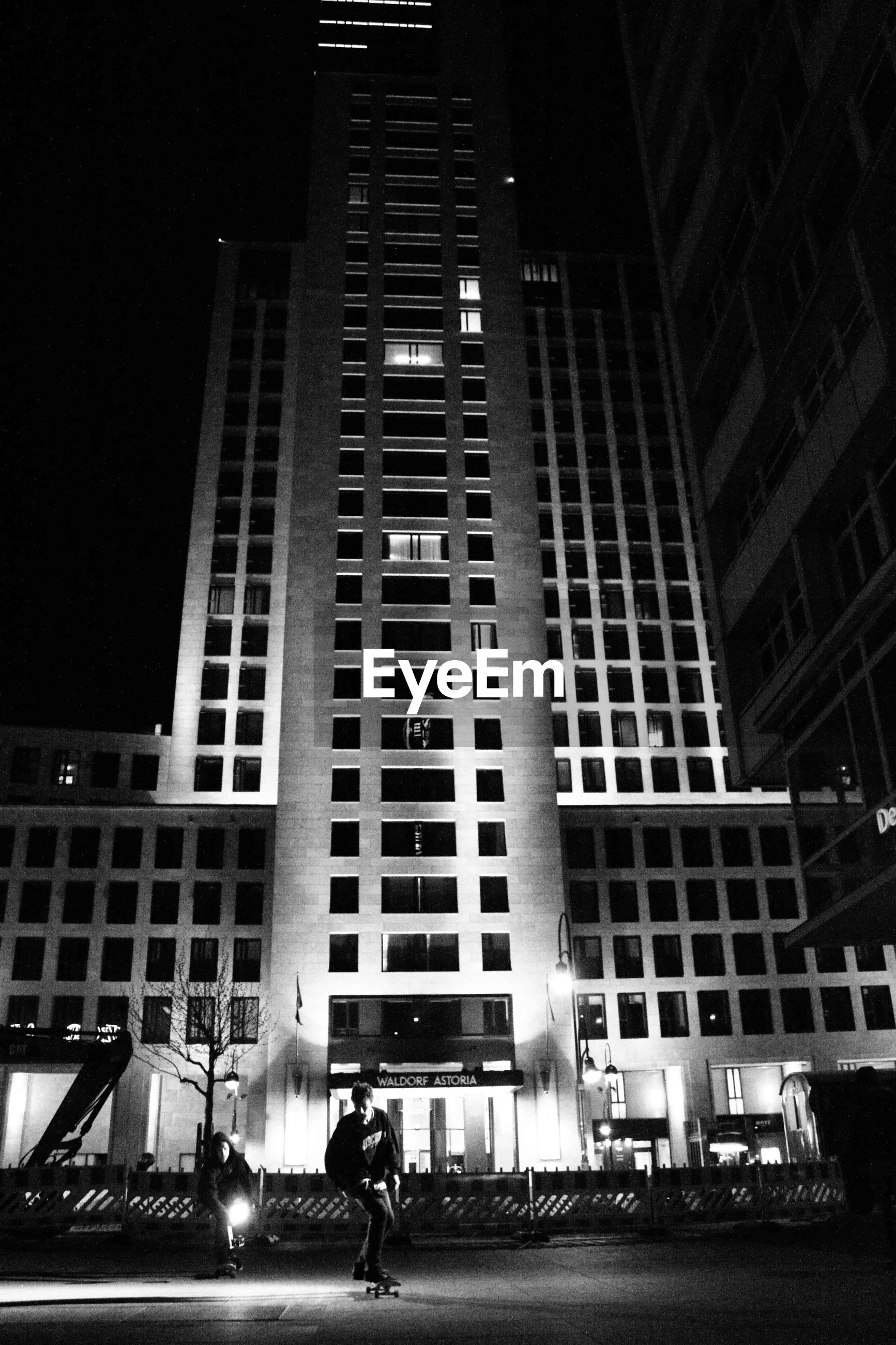 LOW ANGLE VIEW OF MODERN OFFICE BUILDING AT NIGHT