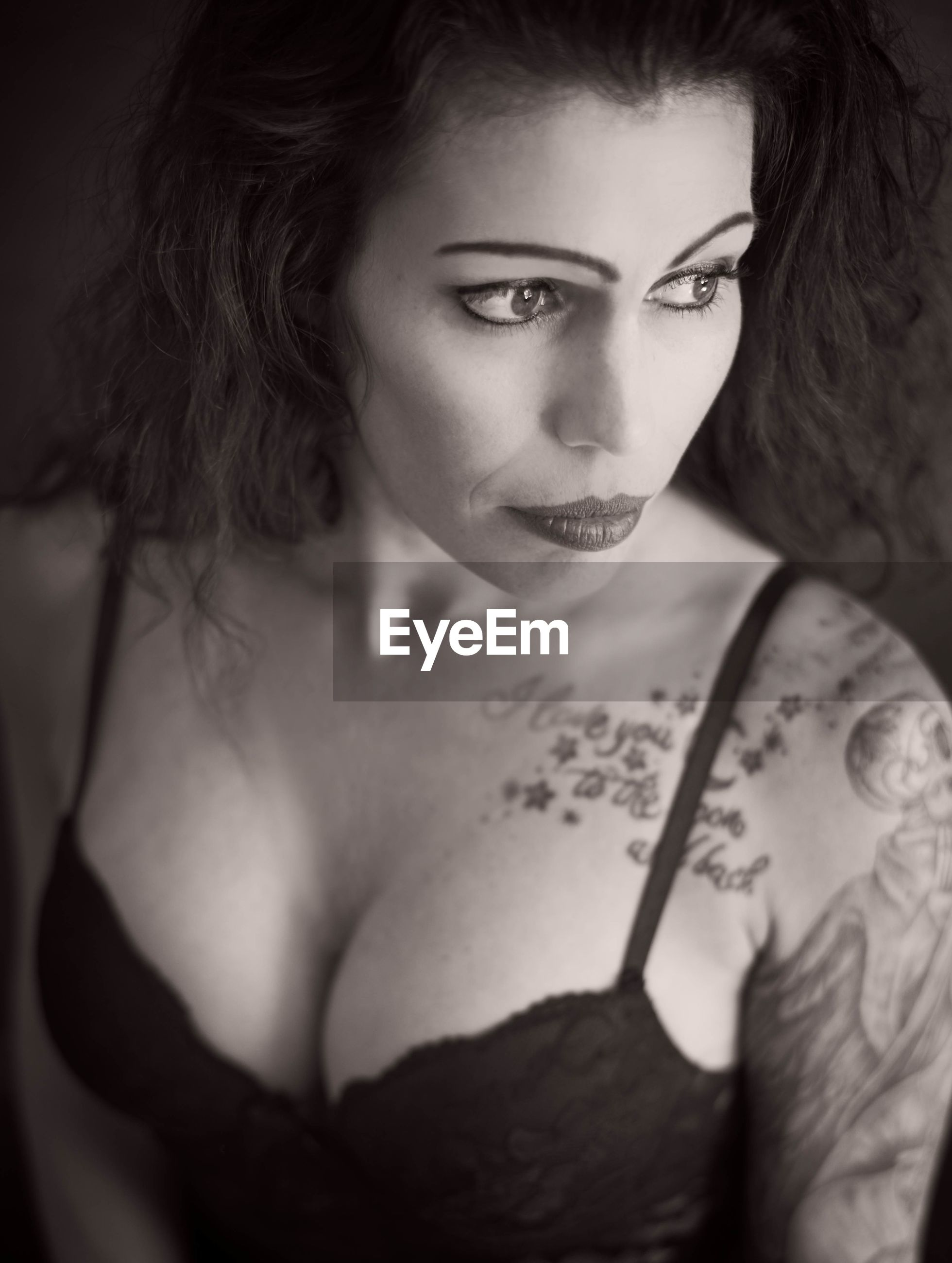 portrait, looking at camera, beauty, one person, young adult, young women, beautiful woman, women, real people, lifestyles, front view, adult, tattoo, indoors, hairstyle, waist up, fashion