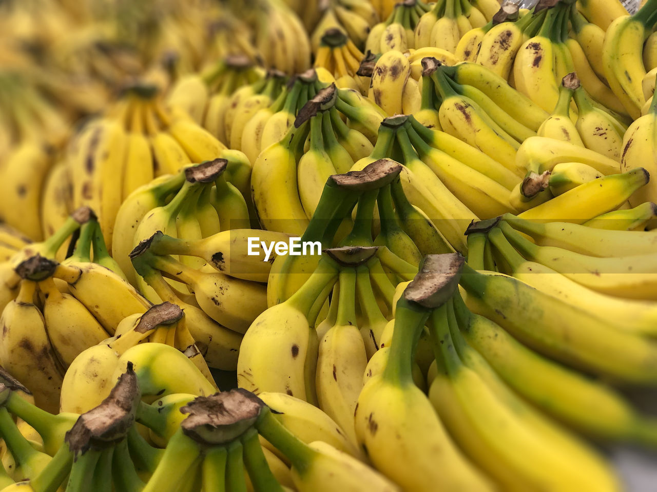 banana, healthy eating, food and drink, food, yellow, fruit, market, freshness, large group of objects, for sale, wellbeing, retail, abundance, market stall, no people, bunch, close-up, small business, green color, retail display, ripe, sale, consumerism