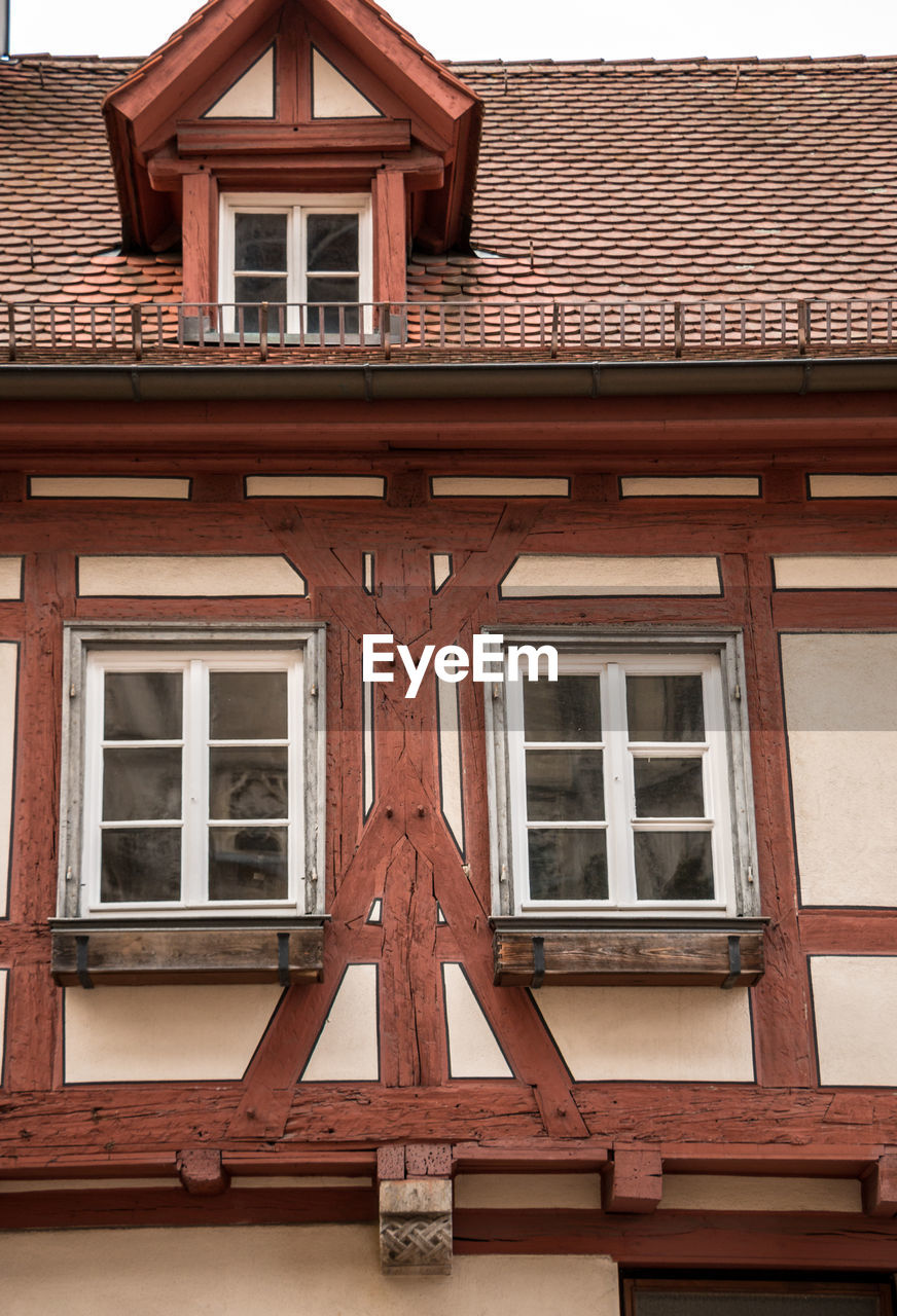 building exterior, built structure, architecture, window, building, low angle view, day, no people, residential district, house, outdoors, wood - material, wall, glass - material, full frame, brown, roof, wall - building feature, pattern, backgrounds, window frame