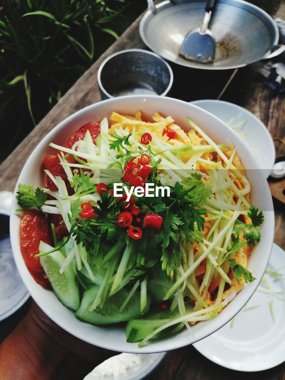 HIGH ANGLE VIEW OF MEAL SERVED IN BOWL